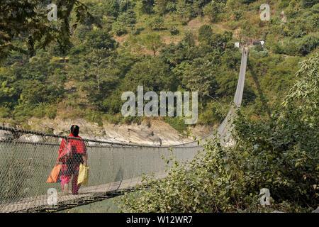Suspension Fußgängerbrücke aus Narayanghat-Mugling Autobahn auf der südlichen Seite von Seti Gandaki River in der Nähe des Vorsitzes Resort, Chitwan Bezirk, Nepal - Stockfoto