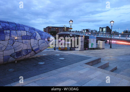 """Der große Fisch' den Lachs des Wissens"""" Skulptur von John Freundlichkeit in der Nähe der Lagan Wehr Fußgänger- und Zyklus Brücke, Belfast, Nordirland, Großbritannien. - Stockfoto"""