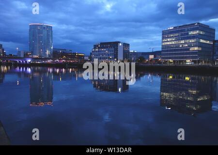 Stadtbild Nacht Reflexionen in den Fluss Lagan Belfast, Nordirland, Großbritannien. - Stockfoto