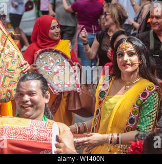 """London, Großbritannien. 30. Juni, 2019. Der Begriff """"Boishakhi Mela' stammt aus dem Mughal König als Kaiser Akbar eingeführt die Bangla neues Jahr. Seit der Gründung der Bangla Neues Jahr, Bengalen gefeiert haben die Pohela Boishakh durch die Organisation von einem traditionellen Mela oder Messe. In Bengali, Boishakh ist der erste Monat der Bangla Kalender jahr Pohela Boishakh der erste Tag der Bangla neues Jahr. Credit: Paul Quezada-Neiman/Alamy leben Nachrichten - Stockfoto"""