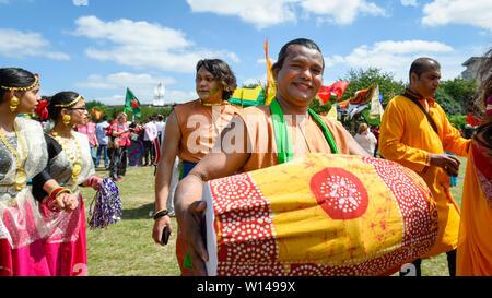 London, Großbritannien. 30. Juni 2019. Menschen Boishakhi Mela, ein Festival der bengalischen Neues Jahr. Die jährliche Veranstaltung beginnt mit einer Parade in der Nähe der Brick Lane durch kulturelle Festlichkeiten an Weber Felder, dem Herzen der Banglatown in der Hauptstadt. Credit: Stephen Chung/Alamy leben Nachrichten - Stockfoto