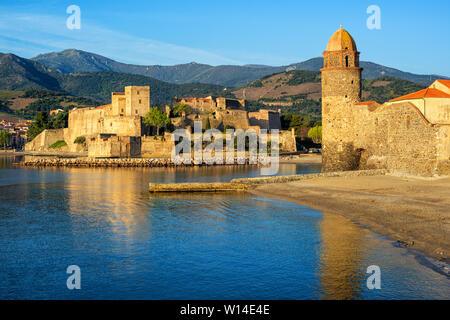 Stadt Collioure, Frankreich, Blick auf das mittelalterliche Schloss das Königliche Schloss und den Kirchturm zwischen Pyrenäen und Mittelmeer - Stockfoto