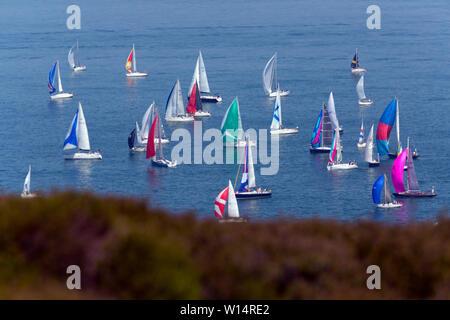 Start, Nadeln, Alum Bay, headen Warren, Zuschauer, rund um die Insel Regatta, Cowes, Isle of Wight, England, 29. Juni 2019, - Stockfoto