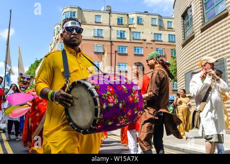 London, Großbritannien. 30. Juni 2019. Menschen, die sich an der Boishakhi Mela Festival in Bethnal Green in East London - Der größte Bengali Festival außerhalb Asiens, feiern die bengalischen Neujahr - Credit: Olivier Guiberteau/Alamy leben Nachrichten - Stockfoto