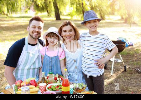Glückliche Familie mit Picknick auf Sommer Tag - Stockfoto