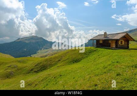 Straßen und Häuser, grüne Felder, Dolomiten, geislergruppe Puezgruppe, Italien - Stockfoto