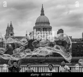 Soapbubbles in London/St Pauls Cathedral - Stockfoto