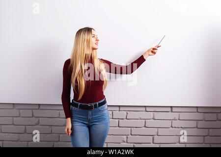 Porträt der Glückliche junge Geschäftsfrau, die Frau in der Nähe auf der weißen Wand - Stockfoto