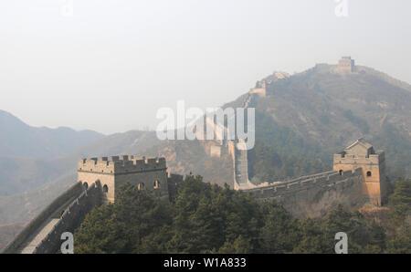 Die Große Mauer in China. Dieser Abschnitt der Großen Mauer ist Jinshanling, einer wilden Teil mit herrlicher Aussicht. Die Große Mauer in China in der Nähe von Beijing. UNESCO. - Stockfoto