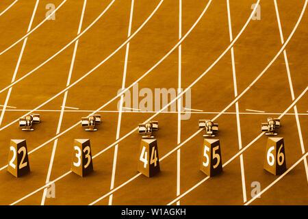 Start in der Schiene und im Feld. Gelbe Farbe Filter - Stockfoto