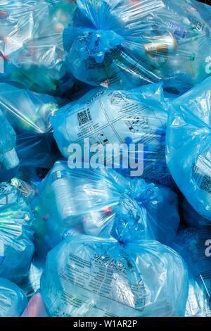 Volles Licht blaue Müllsäcke mit plastik Müll auf einem Haufen, Luxemburg - Stockfoto