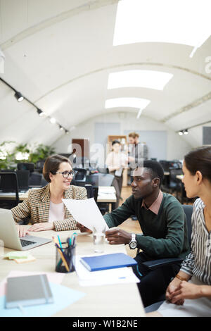 Multi-ethnischen Gruppe von Menschen diskutieren, arbeiten im Büro arbeiten, kopieren Raum - Stockfoto