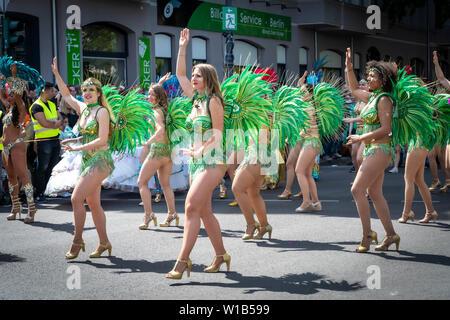 Berlin, Deutschland - Juni 9, 2019: Grüne Frauen dancegroup auf dem Karneval der Kulturen Karneval Parade Inforaum Umzug - eine multikulturelle Musik Festival - Stockfoto
