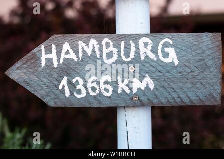 Grau mit weißer Schrift auf weißem Pole, die Punkte in Hamburg - Stockfoto