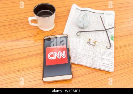 Kolkata, Indien, 3. Februar 2019: CNN News App (Application) sichtbar auf Handy Bildschirm schön über einen Holztisch mit einer Zeitung ein - Stockfoto