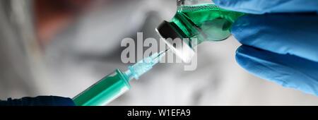 Apotheker Spritze Dosieren grüne Flüssigkeit Impfstoff - Stockfoto