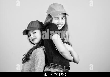 Coole Mädchen Schwestern Stehen Rücken Beige Hintergrund Zurück