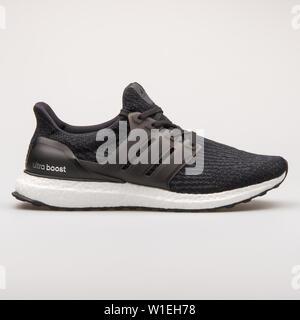Wien, Österreich - 23 August 2017: Adidas Sneaker Ultraboost schwarz auf weißem Hintergrund. - Stockfoto