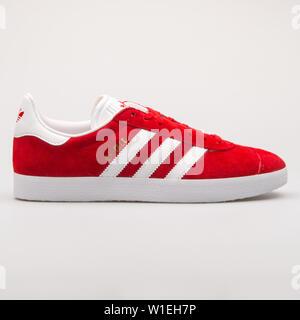 Wien, Österreich - 23 August 2017: Adidas Gazelle rote und weiße Sneaker auf weißem Hintergrund. - Stockfoto