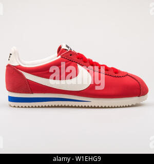 Wien, Österreich - 23 August 2017: Nike Classic Cortez Premium sneaker Rot auf weißem Hintergrund. - Stockfoto