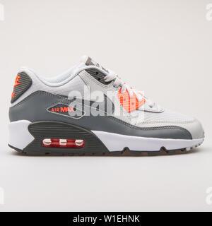 Wien, Österreich - 23 August 2017: Nike Air Max 90 Mesh grau Sneaker auf weißem Hintergrund. - Stockfoto