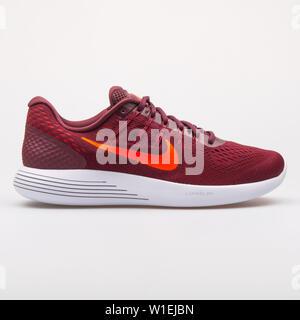 Wien, Österreich - 23 August 2017: Nike Lunarglide 8 maroon Sneaker auf weißem Hintergrund. - Stockfoto