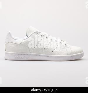 Wien, Österreich - 23 August 2017: Adidas Stan Smith weiß Sneaker auf weißem Hintergrund. - Stockfoto