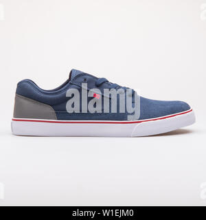 Wien, Österreich - 23 August 2017: DC-Tonik navy blau und grau Sneaker auf weißem Hintergrund. - Stockfoto