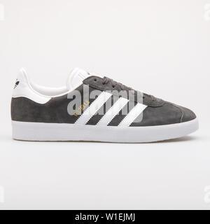 Wien, Österreich - 23 August 2017: Adidas Gazelle dunkel grau und weiß Sneaker auf weißem Hintergrund. - Stockfoto