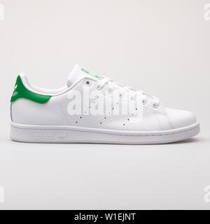 Wien, Österreich - 23 August 2017: Adidas Stan Smith weiß und grün Sneaker auf weißem Hintergrund. - Stockfoto