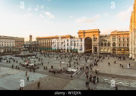 Galleria Vittorio Emanuele II und der Kathedrale am Cathedral Square (Doumo) in Mailand, Lombardei, Italien, Europa - Stockfoto