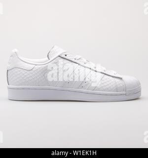 Wien, Österreich - 23 August 2017: adidas Superstar weiß Sneaker auf weißem Hintergrund. - Stockfoto