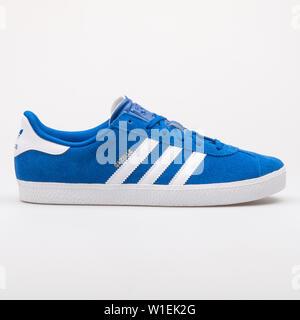 Wien, Österreich - 23 August 2017: Adidas Gazelle 2 blaue und weiße Sneaker auf weißem Hintergrund. - Stockfoto