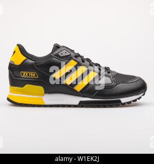 Wien, Österreich - 23 August 2017: Adidas ZX 750 Schwarz und Gelb Sneaker auf weißem Hintergrund. - Stockfoto