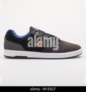 Wien, Österreich - 23 August 2017: DC Argosy schwarz, grau und blau Sneaker auf weißem Hintergrund. - Stockfoto