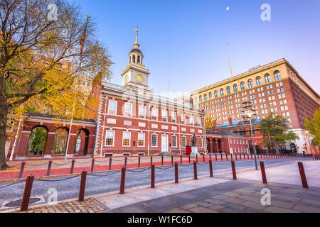Die Independence Hall, Philadelphia, Pennsylvania, USA in der Morgendämmerung. - Stockfoto