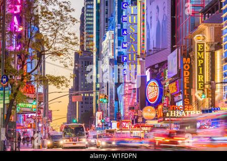 NEW YORK CITY - 14. NOVEMBER 2016: Verkehr bewegt sich unterhalb der beleuchtete Schilder von der 42. Straße. Die Sehenswürdigkeit Straße ist die Heimat von zahlreichen Theatern, Geschäften, - Stockfoto