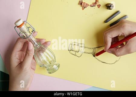 Künstler Zeichnen mit Graphitstift - Stockfoto