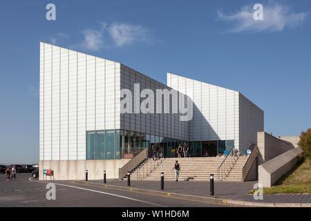 Außenansicht der Besucher und der Haupteingang Turner Galerie für Zeitgenössische Kunst in Ramsgate, Kent. - Stockfoto