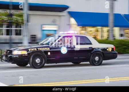 Miami Beach Florida 41st Street Arthur Godfrey Road State Trooper FHP Florida Highway Patrol Car Fahrzeug Notfall Lichter Polizei - Stockfoto