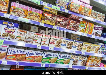 Miami Beach, Florida 41st Street Arthur Godfrey Road Walgreens Walgreens Drug Store Apothekenkette Geschäft Lebensmittel Cereal Bar - Stockfoto