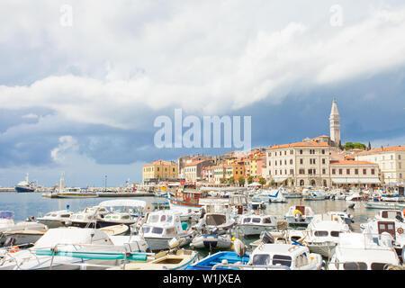 Rovinj, Kroatien, Europa - September 2, 2017 - viele Motorboote am Hafen von RovinjMany Motorboote am Hafen von Rovinj - Stockfoto
