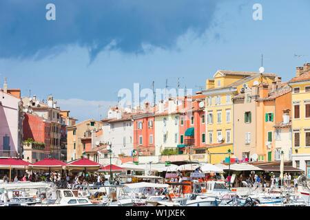 Rovinj, Kroatien, Europa - September 2, 2017 - Touristen, Boote und Restaurants am Hafen von Rovinj - Stockfoto