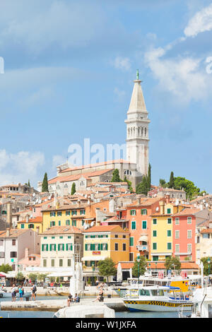 Rovinj, Kroatien, Europa - September 2, 2017 - Touristen am Kai der Hafen in Rovinj - Stockfoto