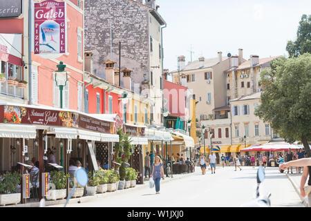 Rovinj, Kroatien, Europa - September 2, 2017 - Touristen in den Gassen von Rovinj - Stockfoto