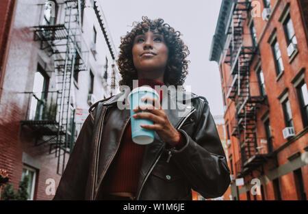 Schöne Mädchen zu Fuß in New York City, ein Konzept über die New Yorker und Lebensstil - Stockfoto