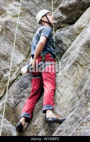 Männliche Kletterer Skalierung Felswand, Sautens, Otztal, Tirol, Österreich - Stockfoto
