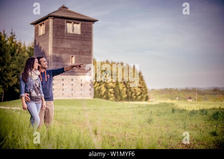 Paar steht vor dem Limes Turm, Limes, See Bucher Stausee, Rainau, in der Nähe von Aalen, Ostalbkreis, Baden-Württemberg, Deutschland - Stockfoto
