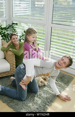Familie spielen im Wohnzimmer, München, Deutschland - Stockfoto