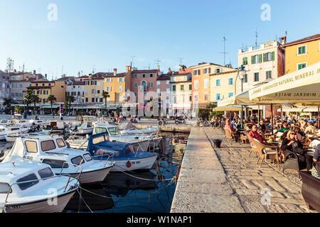 Boote und Cafés im Hafen von Rovinj, Istrien, Kroatien - Stockfoto